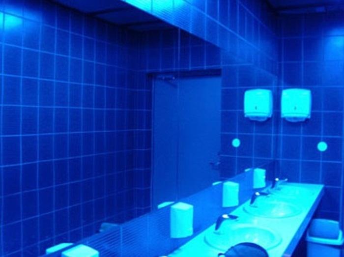 Na Europa, tem sido cada vez mais comum utilizar a luz azul nos banheiros públicos. A intenção é afastar os usuários de drogas injetáveis, uma vez que a luz azul os impede de enxergar as veias sanguíneas.