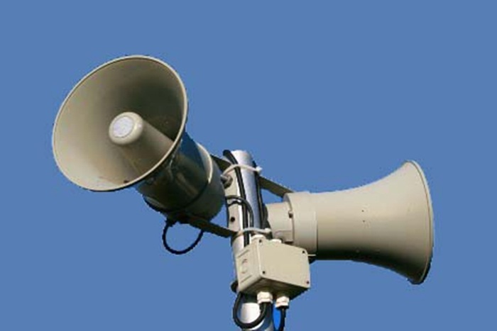 Para afastar os adolescentes tem-se utilizado também alto-falantes que emitem um ruído em frequência apenas audível para jovens (cerca de 17,4Mhz). Outra estratégia é a execução de música clássica.
