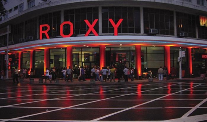 No início deste mês o cinema Roxy no Rio de Janeiro instalou chuveiros em sua marquise como armadilha para afastar a população em situação de rua.