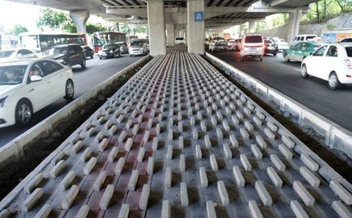Em muitas cidades são utilizadas pedras debaixo dos viadutos para evitar a aglomeração de pessoas em situação de rua.