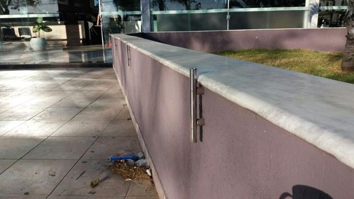 Em Belo Horizonte, é comum a instalação de barras de ferro para que os praticantes do skate não utilizem de bancos e muretas para a prática do esporte.