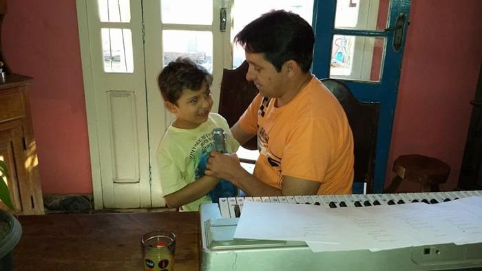 Pietro ao lado do professor Israel durante ensaio